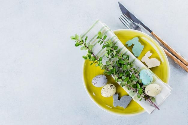 Tavola festiva che imposta la cena di pasqua sul tavolo con copyspace. concetto di carta vacanze primavera