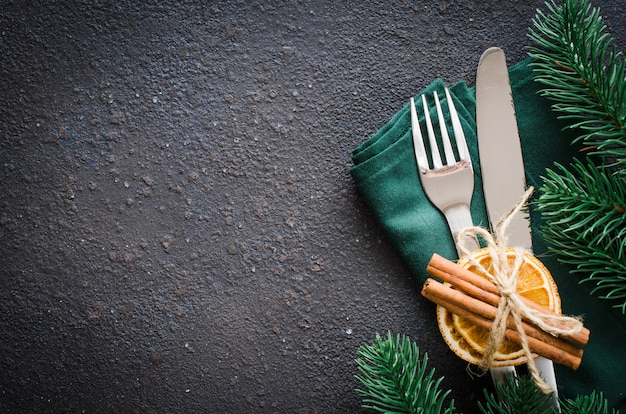 Tavola festiva per la cena di natale o capodanno.