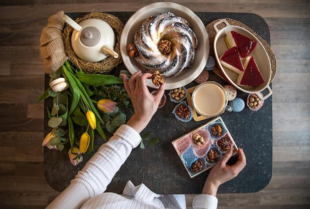 Tavola per colazione o brunch ricca di ingredienti sani per un delizioso pasto pasquale con amici e famiglia attorno al tavolo.