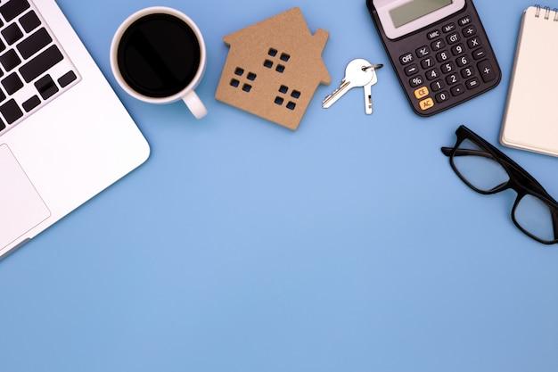 Tavola piana della disposizione della scrivania del posto di lavoro moderno con il computer portatile sulla tavola blu