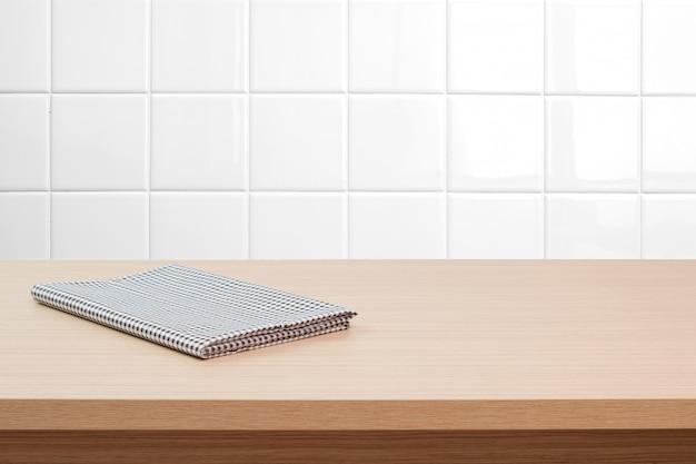 Tavola vuota e fondo bianco del muro di mattoni, montaggio dell'esposizione del prodotto