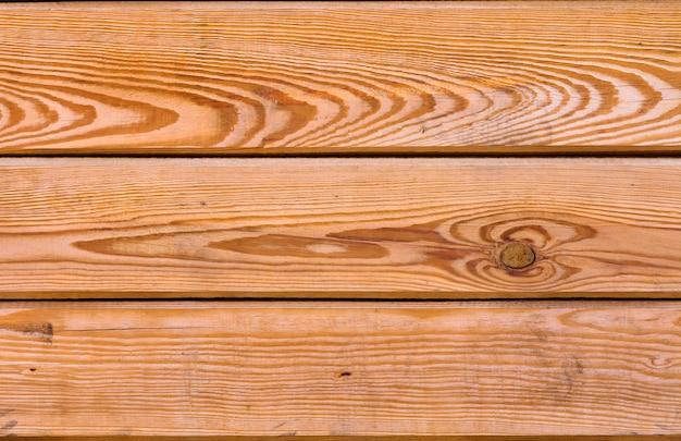 Tavole in legno verniciato superficie. vecchia struttura di legno stagionata. parete industriale e grunge nell'interno del sottotetto.