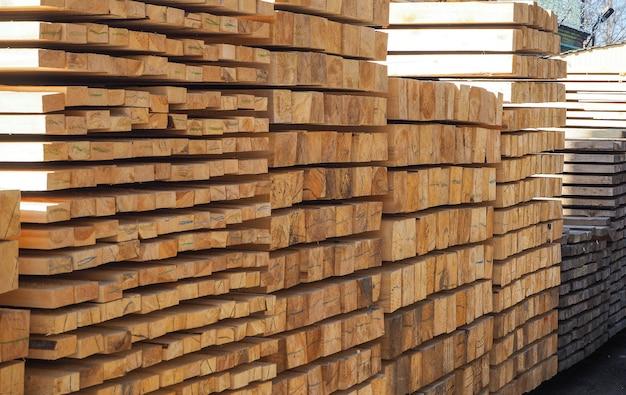 Tavole posate in pile. magazzino con tavola di pino bordato di diverse sezioni.
