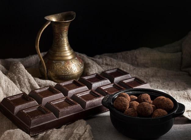Tavoletta di cioccolato ad alto angolo e caramelle rotonde