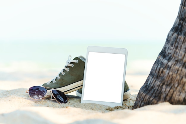 Tavoletta digitale di close-up sulla spiaggia