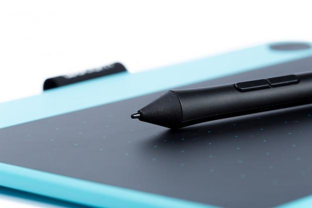 Tavoletta grafica blu per designer isolato su sfondo bianco