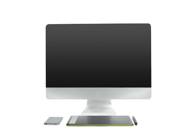 Tavoletta grafica con penna e computer per illustratori e designer, isolato su sfondo bianco