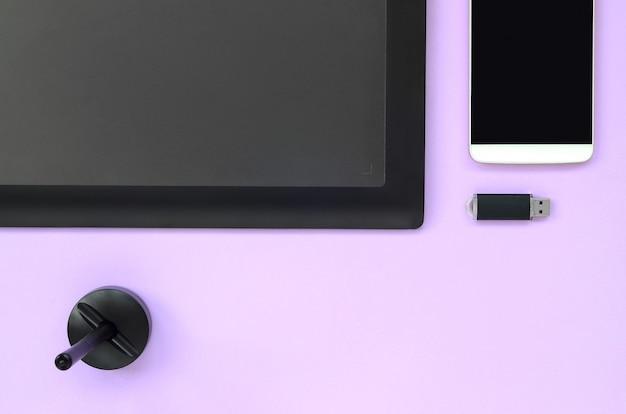 Tavoletta grafica e penna, scheda di memoria usb e smartphone