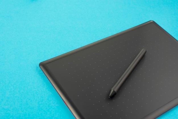 Tavoletta grafica e tastiera su sfondo blu.