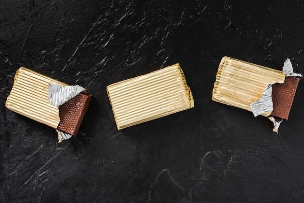 Tavolette di cioccolato avvolte piatte
