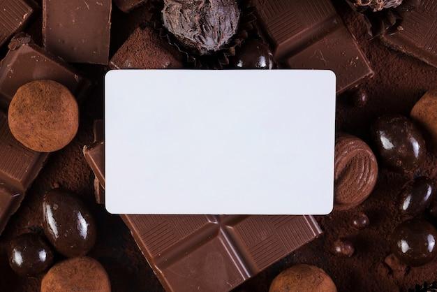 Tavolette di cioccolato piatte e caramelle con mock-up rettangolare