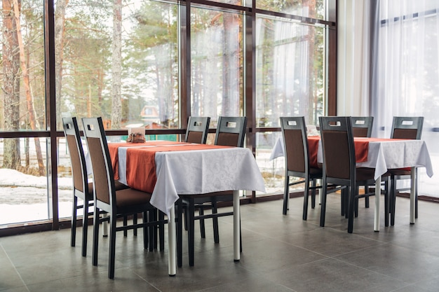 Tavoli da pranzo e sedie nel ristorante. interni chiari