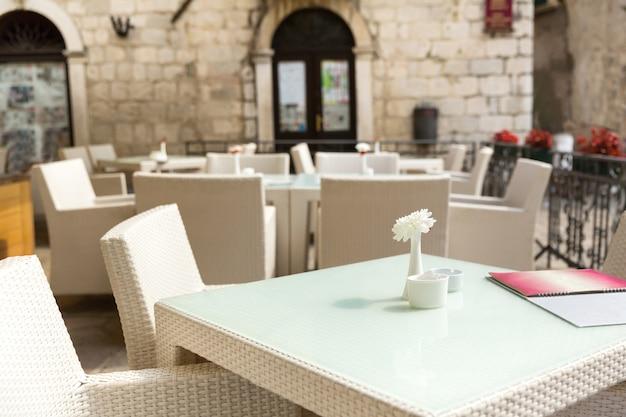 Tavoli da ristorante all'aperto
