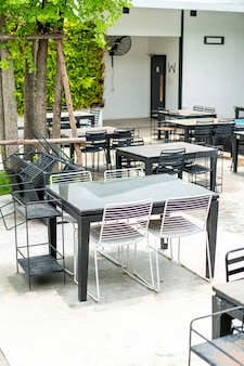 Tavoli e sedie da esterno vuoti vicino alla fontana