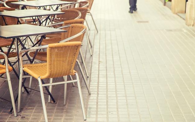 Tavoli e sedie di street cafe. messa a fuoco selettiva.