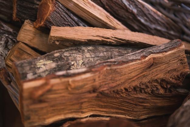 Tavoli in legno per caminetto
