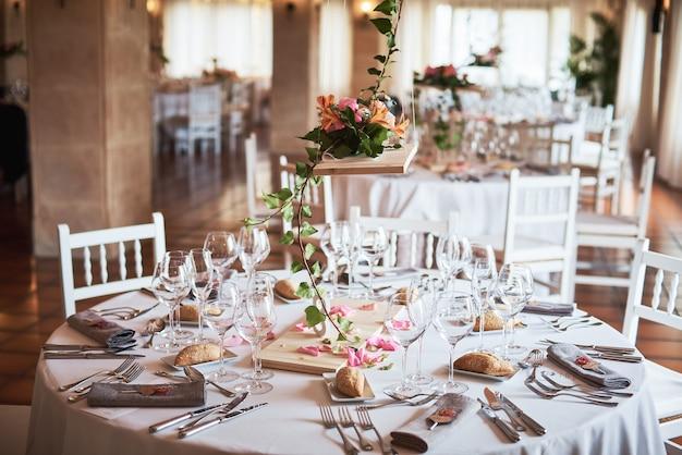 Tavoli splendidamente decorati per gli ospiti con decorazioni in un ristorante.