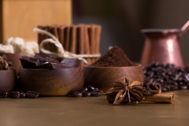 Tavolino con chicchi di caffè e ingredienti aromatici
