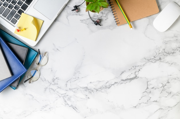 Tavolino moderno in marmo con laptop, altri materiali di consumo