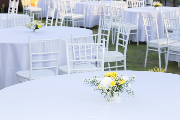 Tavolo all'aperto al ricevimento di nozze