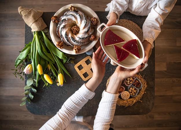 Tavolo apparecchiato con cibo, vacanze di pasqua.
