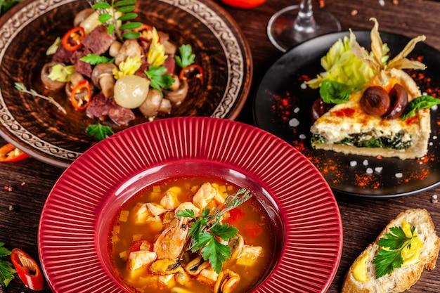 Tavolo apparecchiato in un ristorante per una celebrazione di piatti diversi.