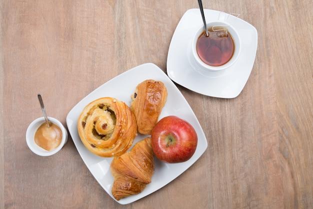 Tavolo apparecchiato per high tea con biscotti e pasticcini