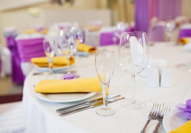 Tavolo apparecchiato per il matrimonio o per un'altra cena di catering