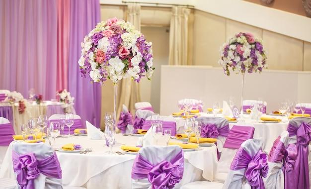 Tavolo apparecchiato per il matrimonio o per un'altra cena di catering.