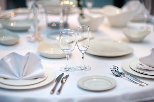Tavolo apparecchiato per un evento festa o ricevimento di nozze