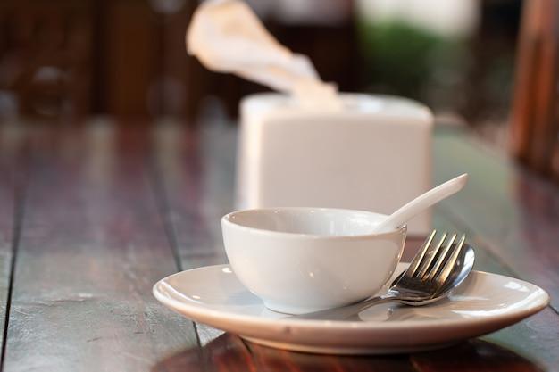 Tavolo apparecchiato sul tavolo da pranzo in legno.