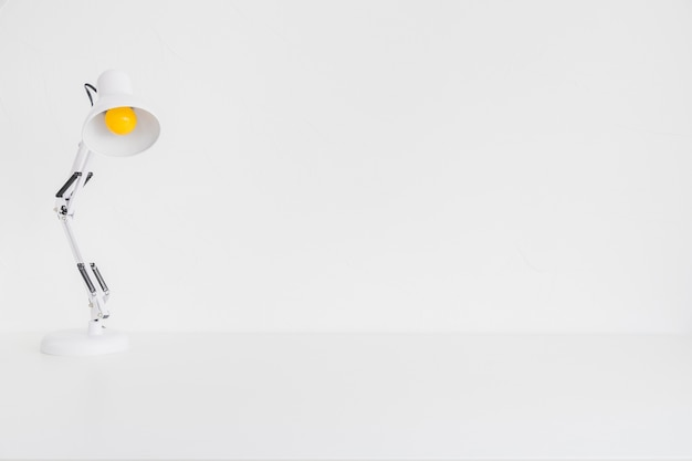 Tavolo bianco con lampada da lettura