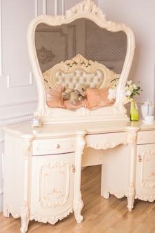 Tavolo boudoir dettagli dell'interno della camera da letto per ragazze e trucchi, acconciature con specchio