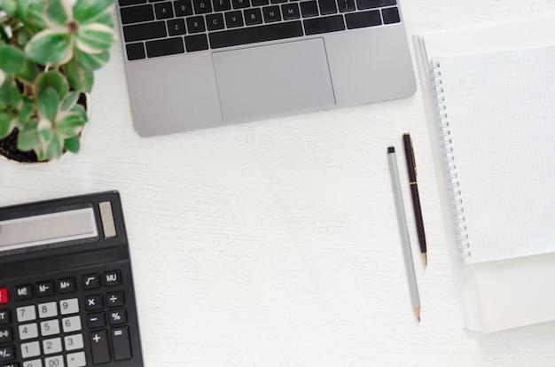 Tavolo con laptop, posto di lavoro. sfondo piatto laico