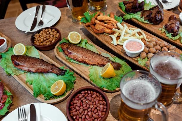 Tavolo con molti snack e birra 1