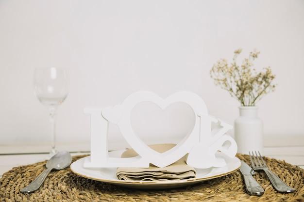 Tavolo con ornamenti romantici