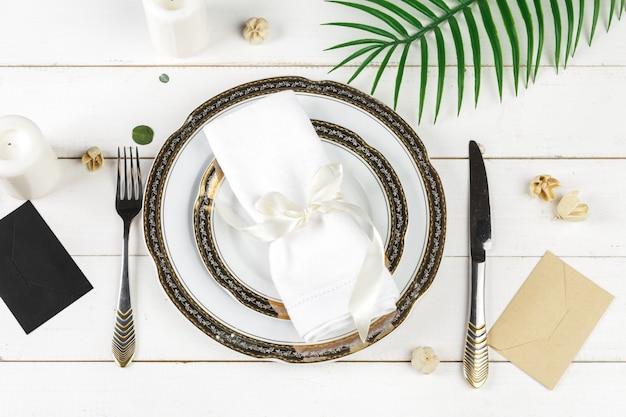Tavolo con piatti e posate, vista dall'alto