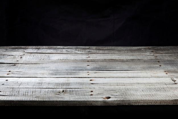 Tavolo con superficie in legno scuro per il montaggio dell'esposizione del prodotto