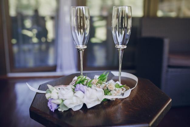 Tavolo con vetro e fiori