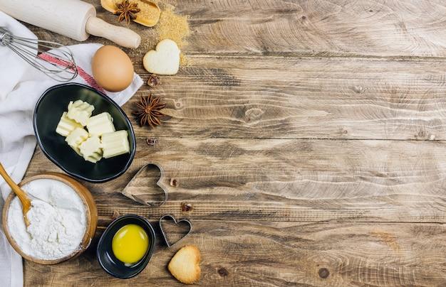 Tavolo culinario ingredienti per cucinare sul tavolo da cucina in legno.