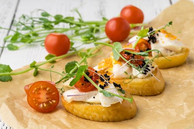 Tavolo da banchetto per catering splendidamente decorato con snack e stuzzichini