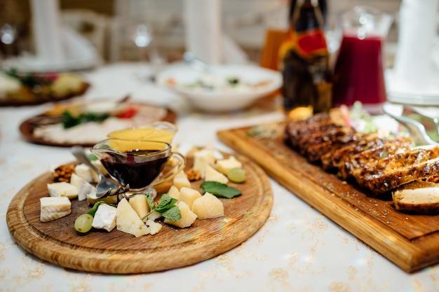 Tavolo da banchetto per catering splendidamente decorato