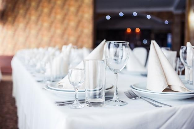 Tavolo da banchetto servito