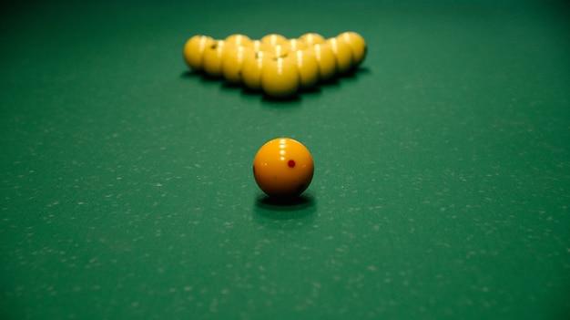 Tavolo da biliardo con palle da biliardo