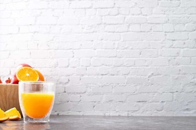 Tavolo da cucina con bicchiere di succo d'arancia.