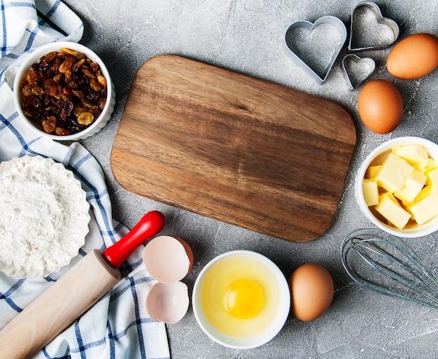 Tavolo da cucina con ingredienti di cottura