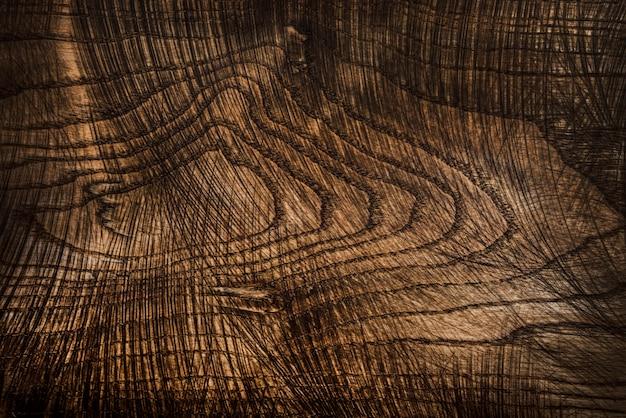Tavolo da cucina in legno naturale vecchio e usato con tagli