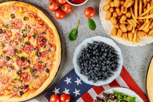 Tavolo da festa del memorial day con cibo delizioso per le vacanze americane.