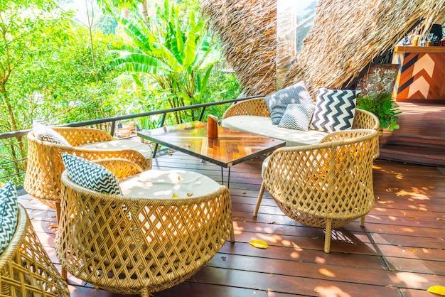 Tavolo da giardino esterno vuoto e sedia con cuscini