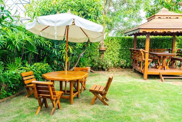 Tavolo da giardino in legno vuoto vuoto e sedia nel giardino di casa